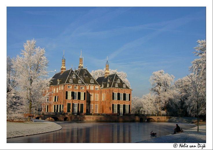 Liggend op het ijs...genietend van de witte wereld bij kasteel Duivenvoorde. The Netherlands