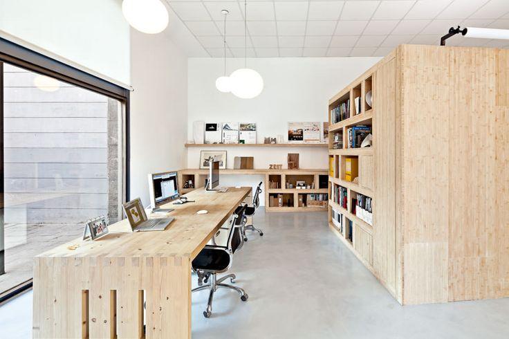 箱状の小部屋で区切られたオフィス