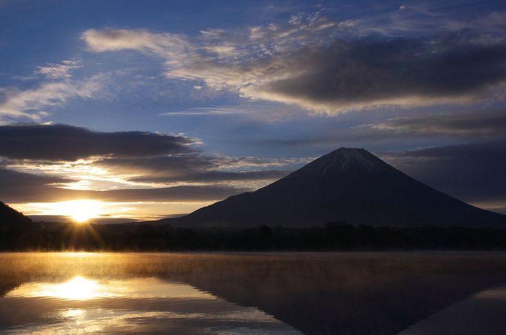 File:Mt.Fuji and Lake Shojiko at sunrise.jpgLakes Shojiko, Beautiful Photos, Mt Fuji, Mount Fuji, Sunrises Jpg, Blog Post, Fuji Volcano, Fujiyama Addict, Fuji 富士山