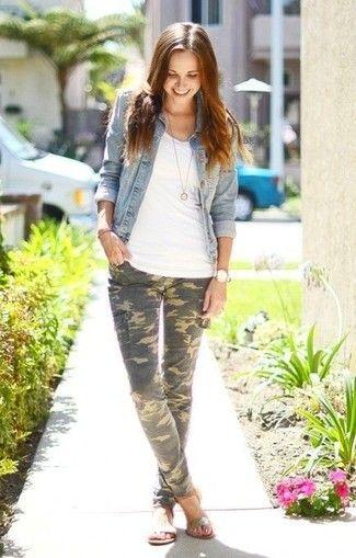 Tenue: Veste en jean bleu clair, Débardeur blanc, Pantalon cargo camouflage olive, Sandales plates en cuir argentées