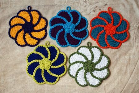 pinwheel potholders    http://www.ravelry.com/patterns/library/pinwheel-rose-decorative-potholder    http://www.grumperina.com/knitblog/archives/2011/04/step_by_step.htm    http://freevintagecrochet.com/potholder-pattern/lily59/rose-pinwheel