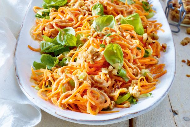 Möhrenspaghetti-Salat mit Erdnüssen Rezept | LECKER