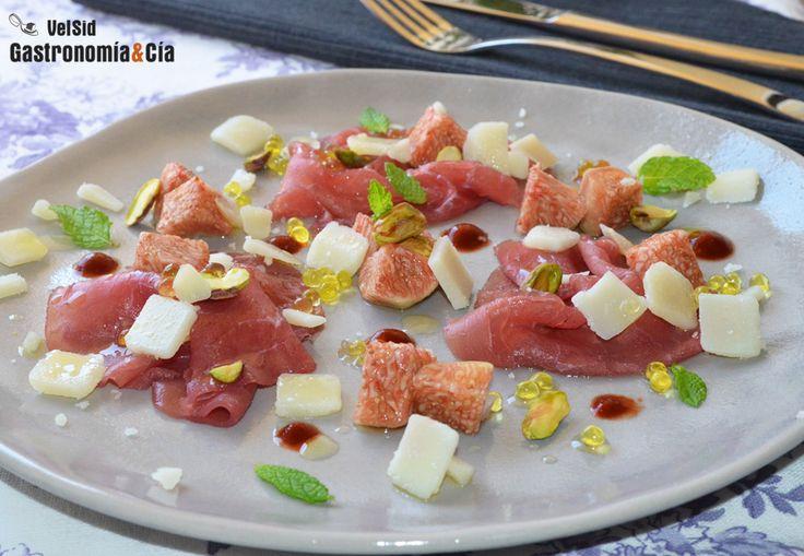 Carpaccio de ternera con brevas, pistachos, hierbabuena y un toque picante  | Gastronomía & Cía