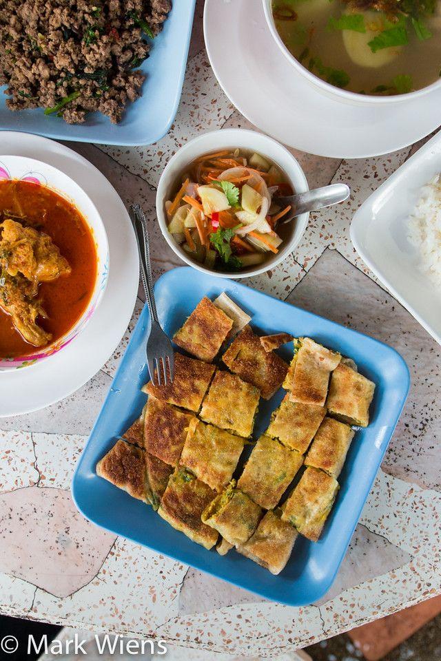 Halal Food in Chiang Rai at Roti Pa Yai (ร้านโรตีป้าใหญ่) - http://www.eatingthaifood.com/2014/11/halal-food-chiang-rai/