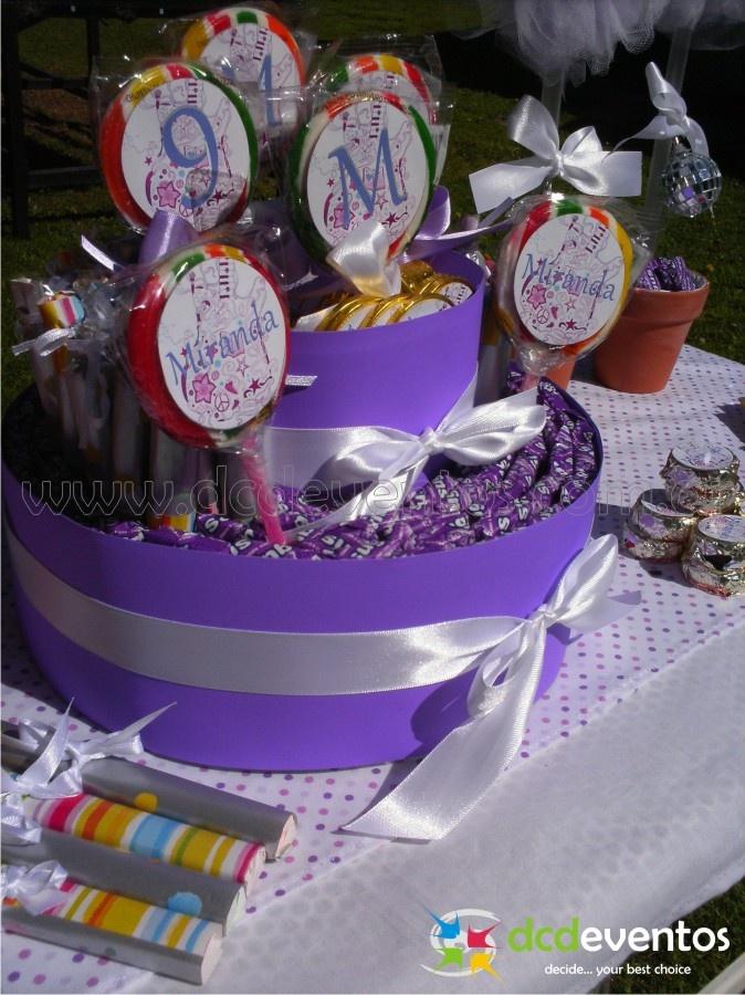 Torta de golosinas compuesta por caramelos masticables en color violeta, paletas de colores personalizadas, chupetines y monedas de chocolate personalizadas.Organización del evento: www.dcdeventos.com.ar