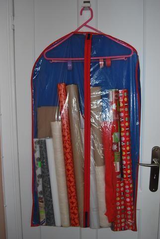 Organização para papel de embrulho (pininspiração) e fitas. Destaco o pormenor do elástico com as fitas coloridas.