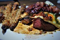 Hovězí steak s volskym okem a opraženou slaninou pečená petržel s parmazánem /Beef steak with egg and bacon/ Bezlepkový a nízkosacharidový zdravý recept /Gluten free and low carb healthy recipe/