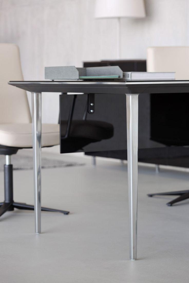 Mesa de diseño con pata cónica fina en acabado cromado con estructura en negro para oficina Longo de Actiu: http://www.asturalba.com/mobiliario/muebles/mesas/longo/longo.htm