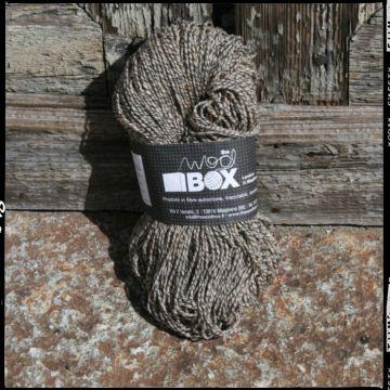 Filato a 6 capi realizzato in 100% lana, nei colori beige, grigio, panna. 100g=185m ca. ferri consigliati n 3,5/4,5. Corpo solido e asciutto. Adatto per maglioncini leggeri, golf, calze.