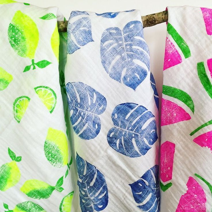 Enfin les nouveaux langes en boutique ! Citron, pastèque et feuilles de philodendron ici. Lien dans ma bio. New swaddles in store now! Lemons, philodendron leaves and watermelon. Link in my bio. #handprinted #blockprinting #blockprint #fabricprinting #linogravure #impressiontextile #lange #langebebe #swaddle #madeinfrance #madeinparis #etsykids #etsyfr #etsyhandmade #etsybaby #tropical #tropicalprint #philodendron #lemon #watermelon