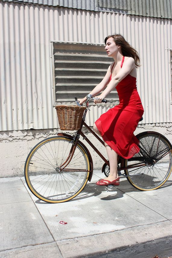 The Femme Fatale bicycle skirt guard from FrillRide comes in a black polyester net reminiscent of the veils worn by elegant ladies in the 40's and early 50's. | Shared from http://hikebike.net