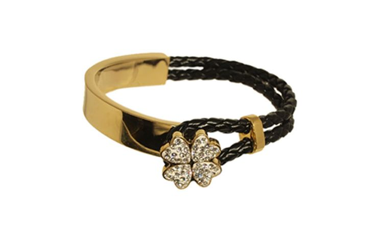 This PU leather and gold plated stainless steel bracelet is the perfect bauble to complement the shiniest of outfit with a little bit of edge. The combination of the textures  and the shiny clover makes it so versatile and fun!