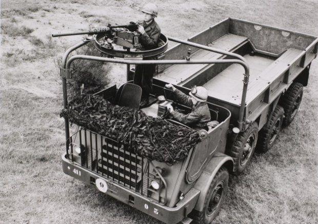 Vrachtauto DAF YA-328 (3ton, 6x6) met ringaffuit, waarop een zware mitrailleur .50 is gemonteerd. De schutter is onbeschermd en erg kwetsbaar.