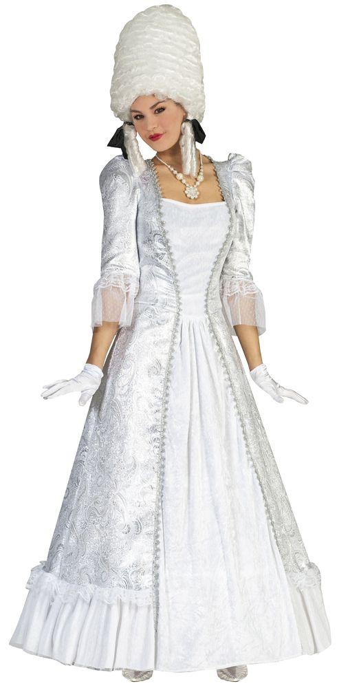 Sie lieben es extravagant und auffällig? Mit dem hochwertig gefertigten Barock Kostüm Christina in Silber und Weiß ziehen Sie alle Blicke auf sich! Das exklusive Barock Kleid für Damen ist aus einem leicht glänzenden silbernen Material mit Ornamenten und weißen Stoff in Satin Optik gefertigt. Üppige Rüschen am Rocksaum und Ärmel mit Spitze machen dieses Barock oder Rokoko Kleid zu etwas Besonderem. Das lange Kleid wird im Rücken mit einem Reißverschluss geschlossen.