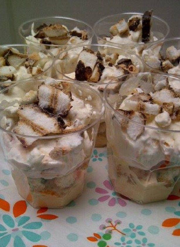 Lepelgebakje met bokkenpootjes (ca. 11 stuks): Snijd pak bokkenpootjes klein. Snijd 1/3 van kant en klaar taartbodem in kleine blokjes . Klop 500 ml slagroom + 50 gr suiker + 2 klopfix lobbig. Klop in een andere kom een half pakje Dr. Oetker kloppudding Karamel met 125 ml melk. Meng 1/3 vd slagroom door de pudding. Meng 1/3 vd bokkenpootjes door de slagroom. eetl. pudding, daarop eetl. taartbodemblokjes daarop el bokkenpootjes, daarop eetl. slagroommengsel, als deco wat stukjes…