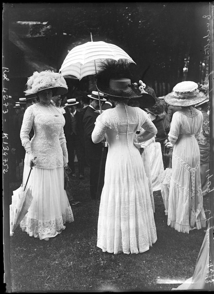 Toilettes au Grand Prix de Paris, 1909.