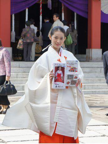 日枝神社で七五三-女優・吉本実憂さんが巫女姿で登場