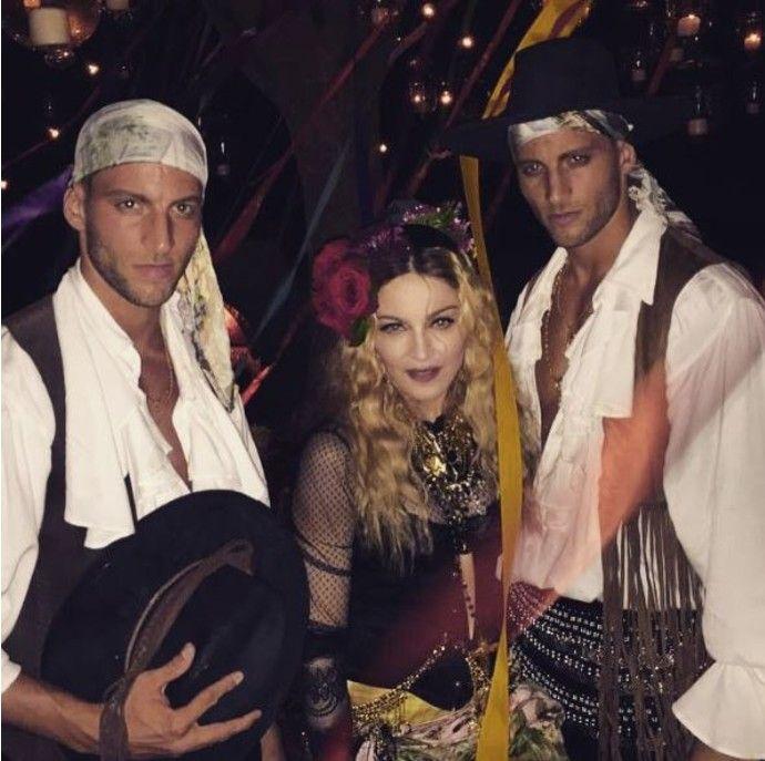 Мадонна отметила свой день рождения - http://russiatoday.eu/madonna-otmetila-svoj-den-rozhdeniya/ Певица собрала друзей на цыганскую вечеринку16 августа поп-дива Мадонна отметила 57-ой день рождения. Поклонники знают, что певица неравнодушна к вечеринкам, поэтому с предвкушением ждали отче