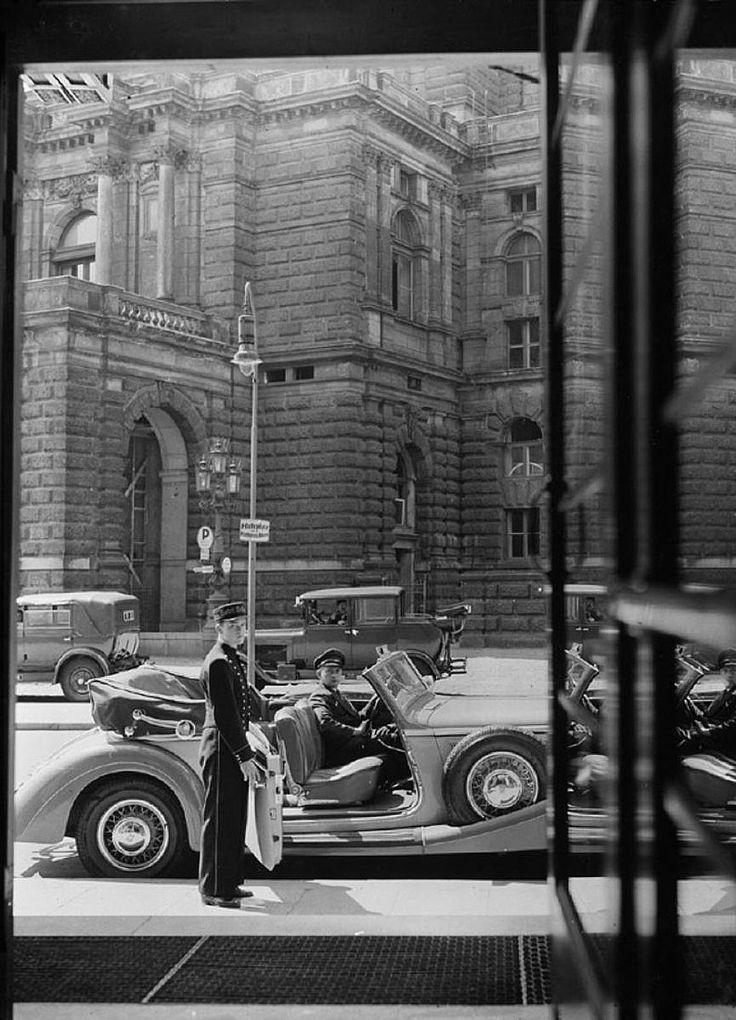 """dieselpunkflimflam: """"flommus: """" poboh: Edmund Kesting, Blick aus der Hoteltür auf die Oper, Dresden, 1930–39. """" One man to drive, another to open the passenger side door - what a waste of such a..."""