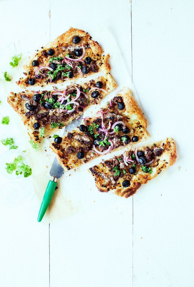 Voitaikinapohjan päällä on maukas jauhelihatäyte, johon anjovis ja oliivit tuovat juuri sopivan tymäkkää suolaisuutta. Jos on kiire, käytä pohjaan kaupan v