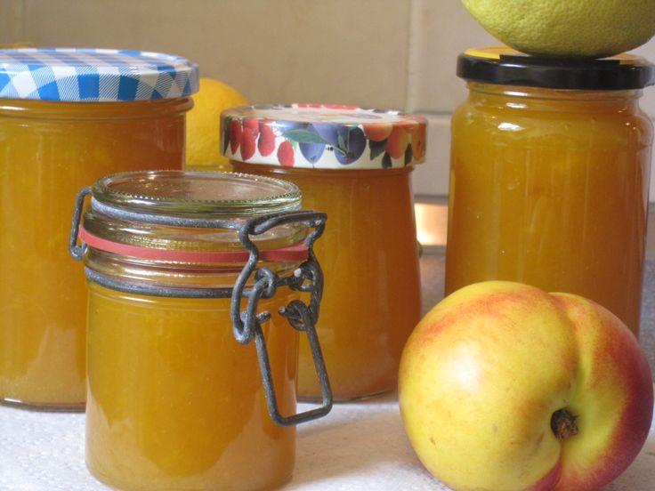 """Ich liebe den Sommer mit seiner ganzen Obstvielfalt! Meine absoluten Favoriten sind Aprikosen und Nektarinen. Und ich mag auch am liebsten die """"gelben"""" Marmeladen. Was liegt also näher …"""