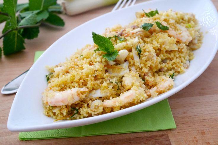 Il cous cous freddo gamberetti e pesce affumicato, arricchito da qualche ciuffetto di profumatissima menta, è perfetto per una fresca cena estiva.