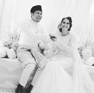 38 GAMBAR - JEP SEPAHTU & SARI YANTI BERGELAR SUAMI ISTERI   Akhirnya teka-teki mengenai hubungan sebenar di antara mereka sebelum ini terjawab sudah apabila pelawak Jep Sepahtu dan pelakon Sari Yanti secara mengejut melangsungkan pernikahan pada pagi semalam (25 Februari 2017). Difahamkan pasangan sama padan sama cantik ini dinikahkan oleh bapa Sari Yanti sendiri iaitu Dato' Mohamad Nazari dengan sekali lafaz tepat jam 11.50 pagi. Jep turut ditemani oleh dua teman baiknya iaitu Shuaib dan…