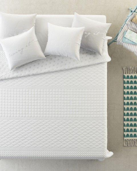 Jednoduchy oobojstranny prehoz na postel v bielej farbe (1)