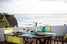 Casa em Azenhas do Mar, Portugal. This old traditional house totally renewed in 2010 with a modern touch is located in Azenhas do Mar cliffs, with beautiful ocean views, the terraces are perfect for catching sun, having meals or just relaxing. At a short distance from Sintra (10Km...