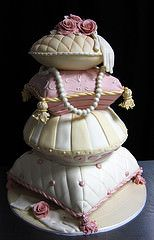 1930 pillow wedding cake med