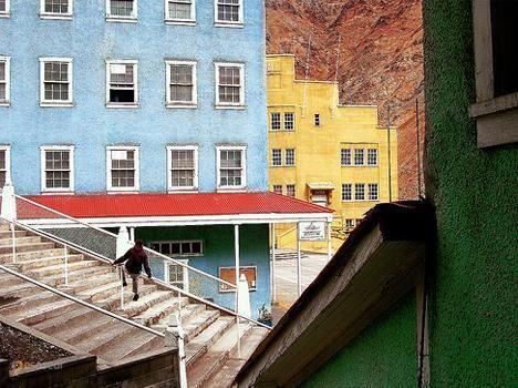 Сьюэлл – #Чили #О'Хиггинс (#CL_LI) Этот шахтерский городок в Андах совсем не выглядит тусклым и заброшенным, однако, здесь никто не живет. С 1998 года это местечко под названием Сьюэлл является Национальным памятником Чили. http://ru.esosedi.org/CL/LI/1000077885/syuyell/