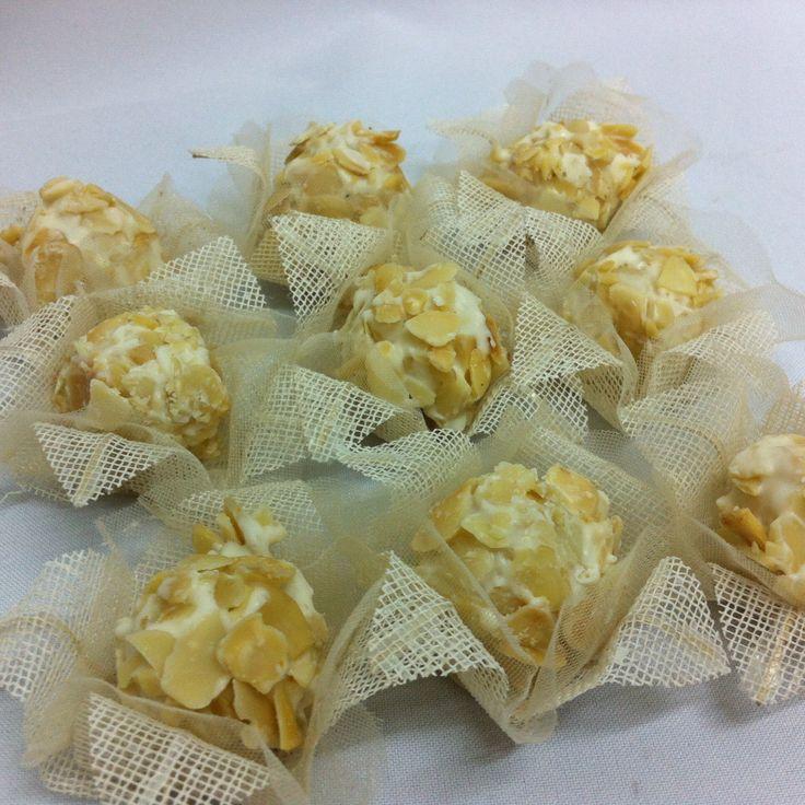 Bombons de coco com Cobertura de chocolate branco e amêndoas fatiadas