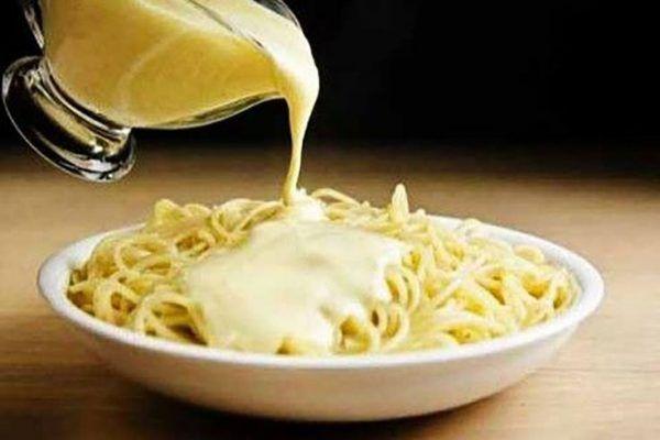 Этот соус с сыром просто палочка-выручалочка, с ним самые обычные спагетти приобретают неповторимый вкус! Ингредиенты: ● молока 1 ст, ● натертого сыра (можно два вида) 200 г, ● две ложки муки 2 ст. л, ● сливочного масла 50 г, ● растительное масло, ● соль, ● перец, ● тмин, ● базилик Пригот