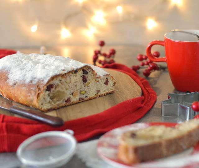 Het recept voor een heerlijke, zelfgemaakte kerststol met amandelspijs, noten en rozijnen. Ontzettend makkelijk om zelf te maken!
