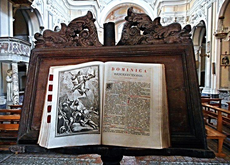 leggii lecterns  | Wooden reading-desk (17th century) and book - Santa Maria di Montecalvario or della Mercede Church in Naples