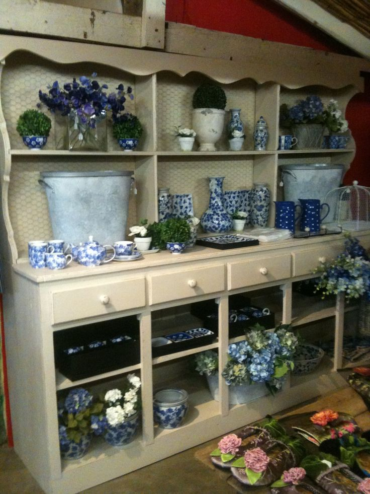 Hilton, Sue Tarr's Summerhouse - sells Lou Harvey and other stylish country decor and accessories. Breakfasts and lunches at the rustic La Popote
