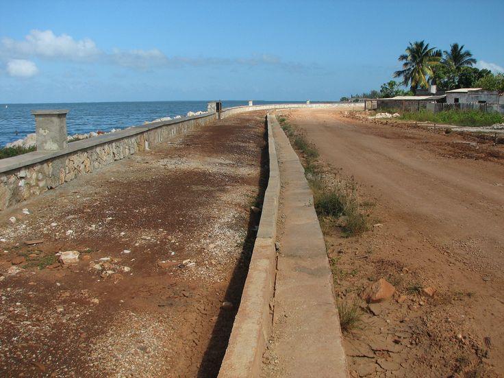 Malecón de Caibarién, parte sin terminar   Caibarién sea walk in construction (year 2007)   by lezumbalaberenjena