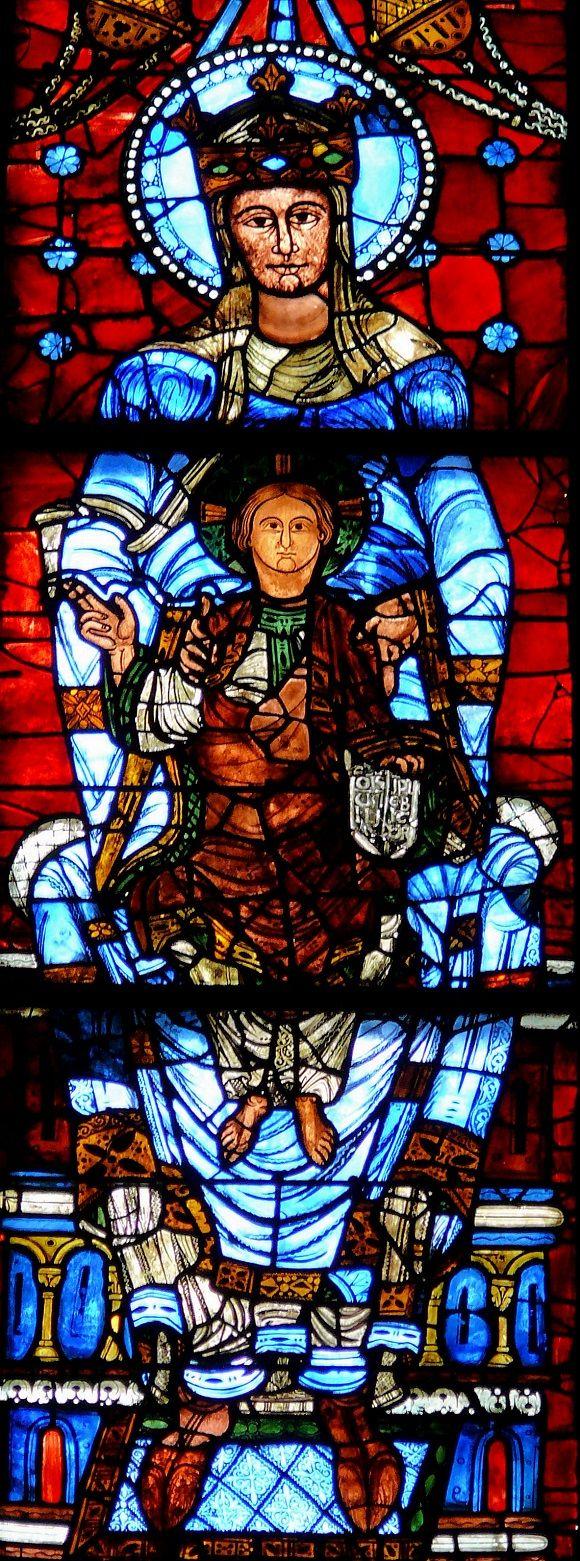 Los #vitrales de la Catedral de #Chartres ocupan una superficie realmente enorme, 2.600 metros cuadrados, todo vidrio, y nervaduras de plomo para sostener las piezas. http://www.guias.travel/blog/descubre-todo-lo-que-se-esconde-detras-del-azul-de-chartres/ #turismo #Francia