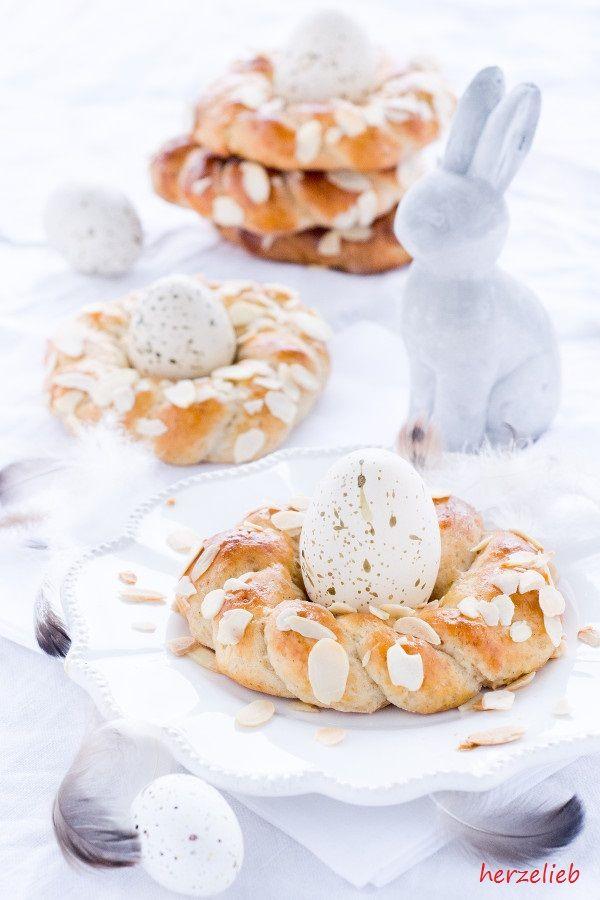 Leckere Osterkränze ohne Hefe, aber mit Quark und Marzipan. Rezept von herzelieb - eigenen sich wundervoll als Eierbecher! Kleine Osterkränze - Eierbecher sind bei uns überflüssig! von  herzelieb  Backen, einfach, Kuchen, leicht, Mandeln, Marzipan, ohne Hefe, Ostern, Rezept