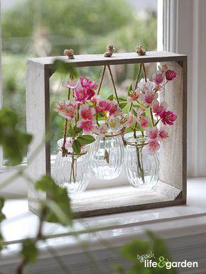 Houten decoratie met vaasjes. Erg leuk om bloemetjes in te zetten.