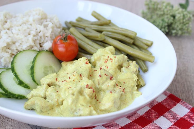 Recept voor zelfgemaakte kip tandoori met peulvruchten, rijst en zure komkommer! Heerlijk en snel wereldgerecht.