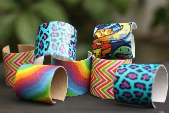 Bracelets pour enfants avec des rouleaux de papier toilette