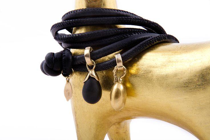 Bracciale in pelle, con ciondoli intercambiabili in oro 18kt con onice. - Leather bracelet with interchangeable charms in 18kt gold with onyx. #jewellery #gioielli #bracelets #bracciali #italy