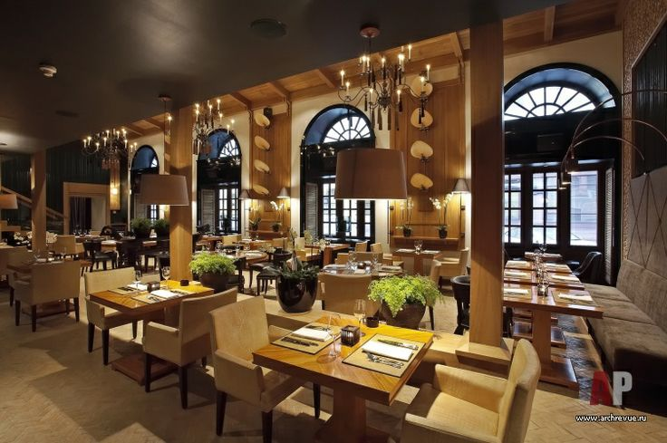 На полах – выполненная вручную керамическая марокканская плитка, поставщик «Грета Вульф». Она выложена «елочкой». Потолок, панно для вентиляторов-опахал, лестница, балюстрада выполнены из тика.