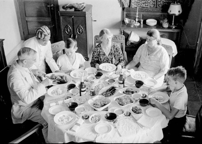 COLLECTIE TROPENMUSEUM De familie C.H. Japing met tante Jet en oom Jan Breeman aan de rijsttafel Bandoeng TMnr 10030167 - Indonesian cuisine - Wikipedia, the free encyclopedia