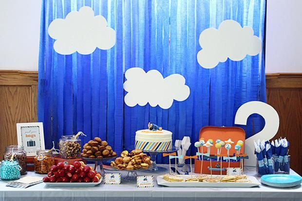 Un divertido fondo para una mesa de dulce para una fiesta aviones / A fun backdrop for a sweet table for an airplane party