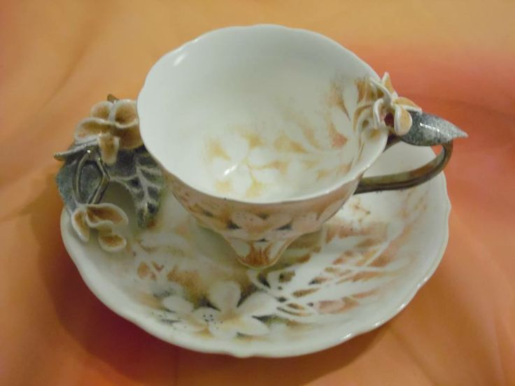 Hand-painted porcelain tableware decorated with sculptured porcelain ornaments