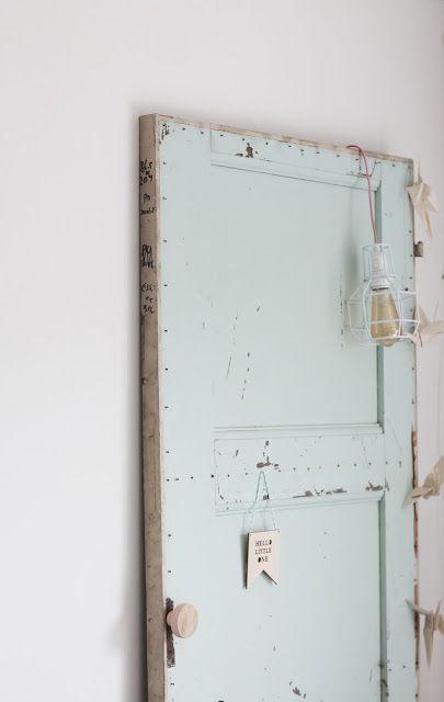 Gebruik een oude deur ter decoratie om er allemaal dingen aan te hangen. Heel erg leuk om dit per seizoen te doen!  op zoek naar een oude deuren? vindt ze hier: http://www.destijdsch.nl/shop/deuren/oude_deuren