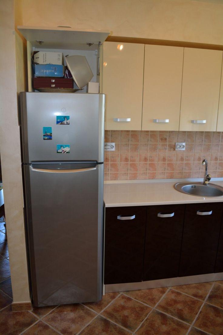 Bucatarie moderna din MDF vopsit Maro Inchis Crem Deschis Corp 600 mm deasupra frigiderului