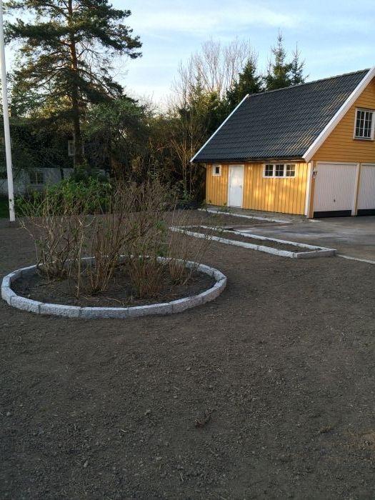 Gammel #plen fjernet, området er #planert og ny #jord er på plass for nytt #gress. Anlagt #bed med busker og #kantstein.
